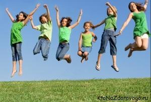Веселые дети прыгают