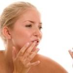 Трещины на губах. Почему трескаются уголки губ. Что делать